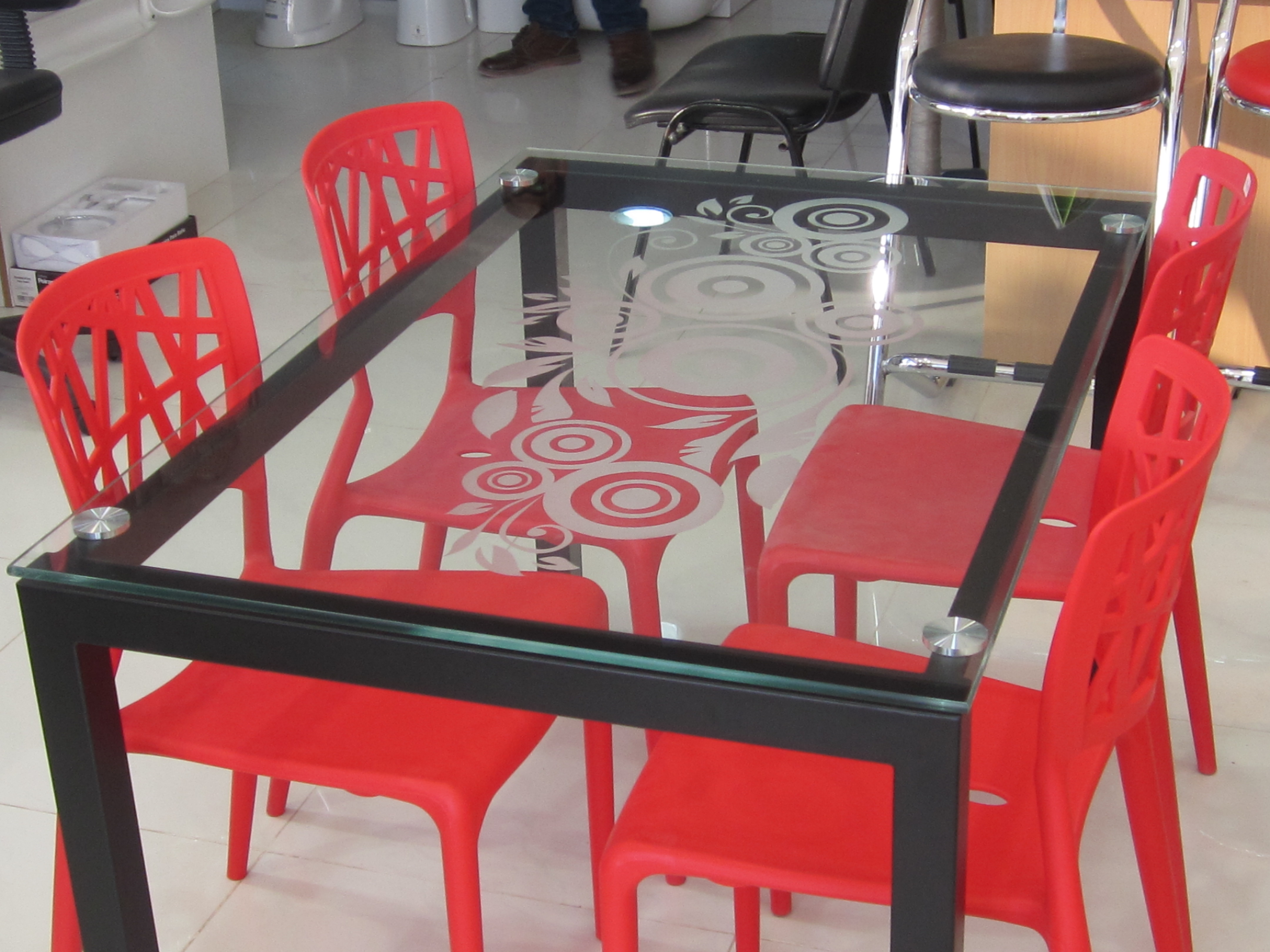 Table riva  04 chaise iris   meubles et décoration tunisie
